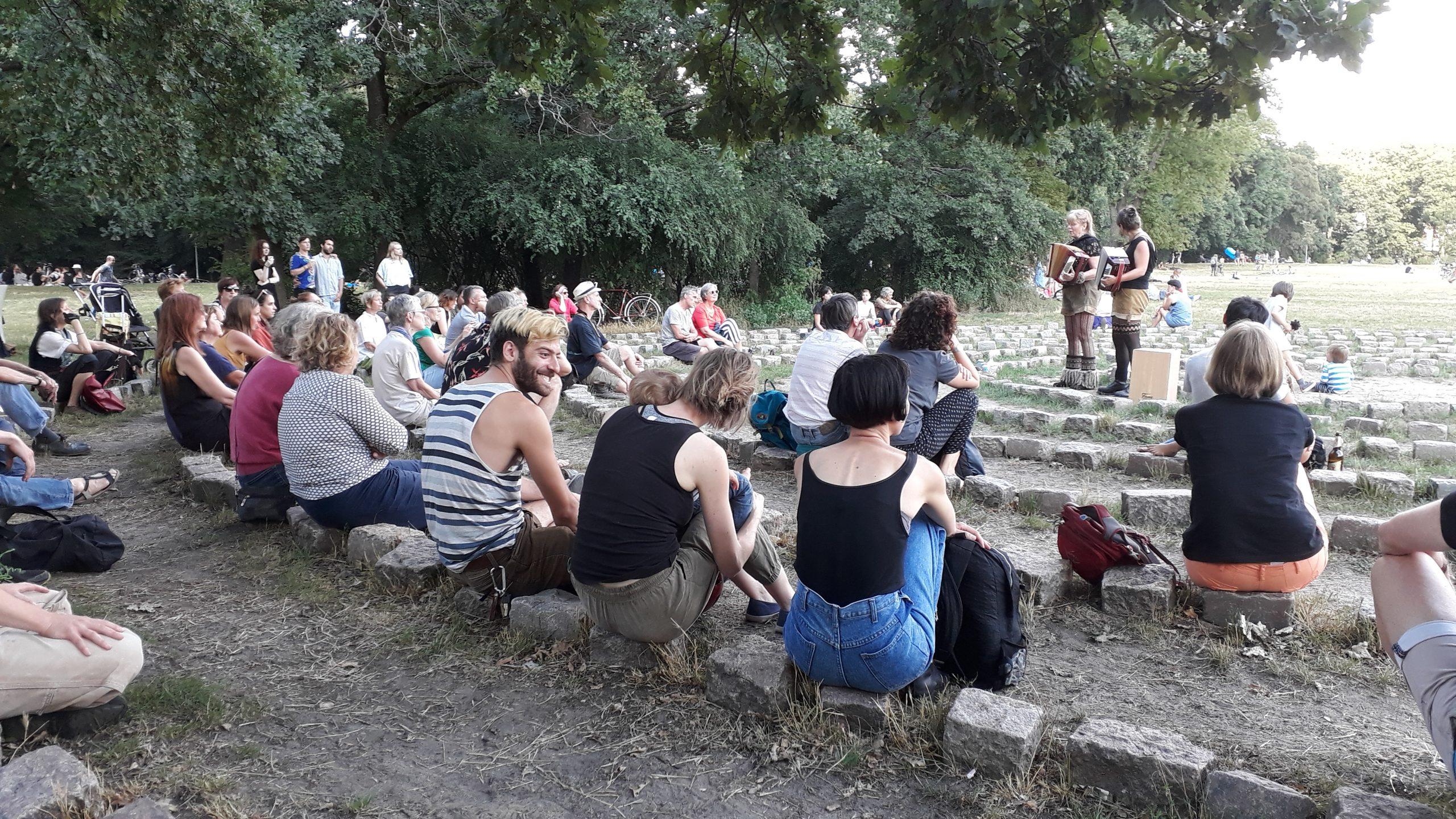 Yodelirya beim 3. Konzert im Labyrinth von Ellen Esser in der Hasenheide, Berlin im Juli 2020