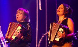 Ingrid Hammer und Elena Gußmann bilden das Jodelduo Yodelirya aus Berlin