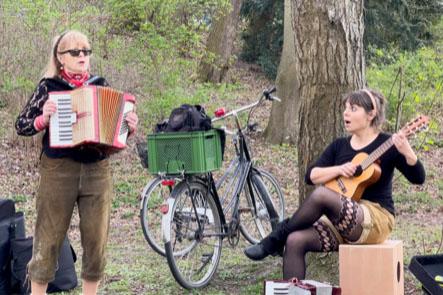 Yodelirya spielen im Rudolph-Wilde-Park in Berlin, 21.4.2021